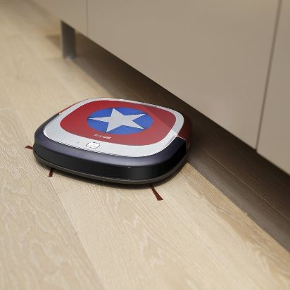 Ecovacs Robotics Deebot Slim Marvel Edition_Amazon.de_ASIN_B01EY2PYPK_Mood_02.jpg