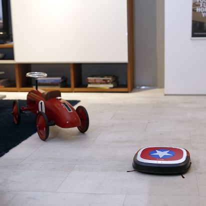 Ecovacs Robotics Deebot Slim Marvel Edition_Amazon.de_ASIN_B01EY2PYPK_Mood_05.jpg